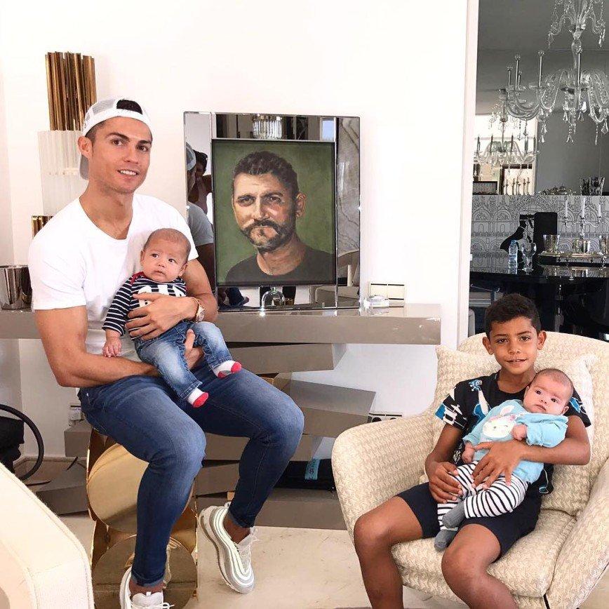 «Картина дня»: Криштиану Роналду показал свою семью