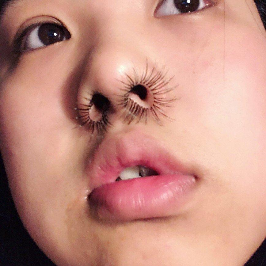 Ресницы из носа: новый бьюти-тренд привлек девушек по всему миру