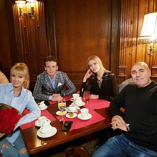 «Семейная идиллия»: Валерия поужинала в ресторане с любимыми людьми