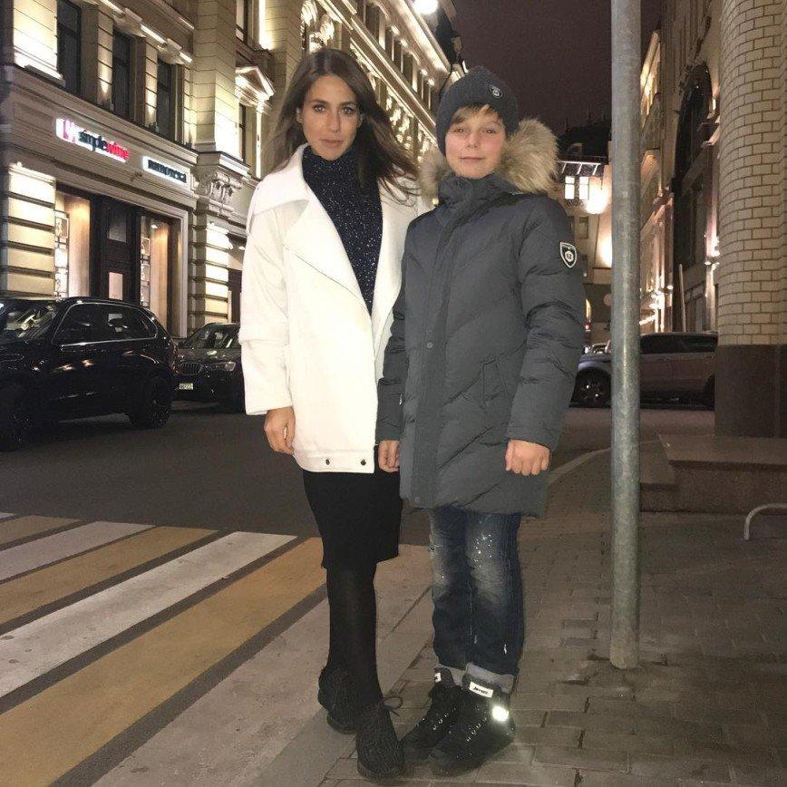 «Копия папы»: Юлия Барановская прогулялась со старшим сыном по Москве