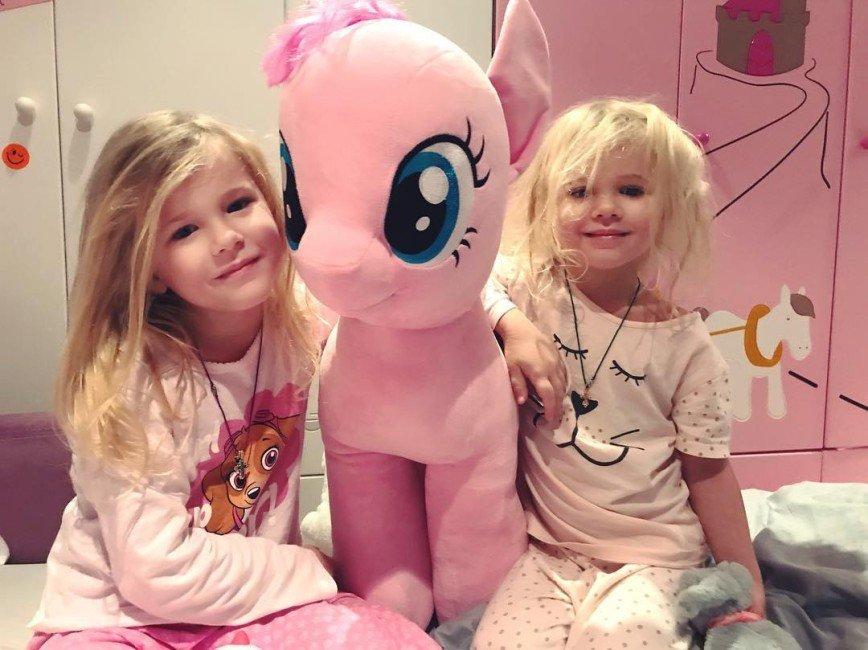 «Сладенькие куколки!»: невестка Федора Бондарчука рассмешила забавным видео с дочками