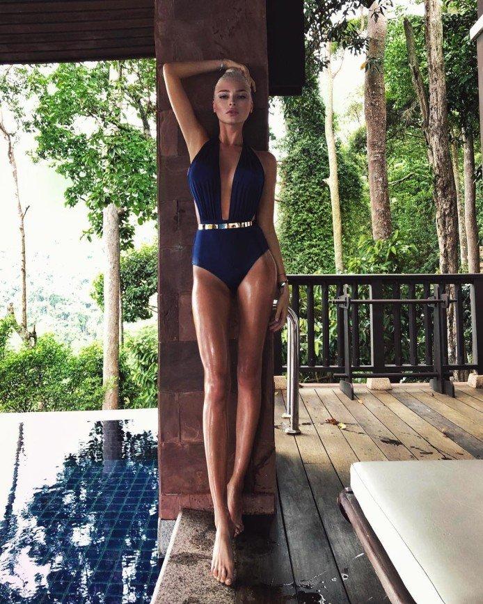 «Вас хочется накормить!»: Алена Шишкова показала свою фигуру в купальнике
