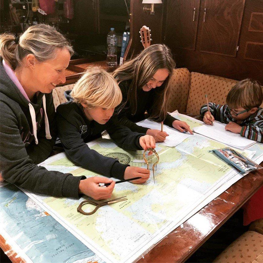 Британцы отправились с детьми в кругосветное путешествие на яхте