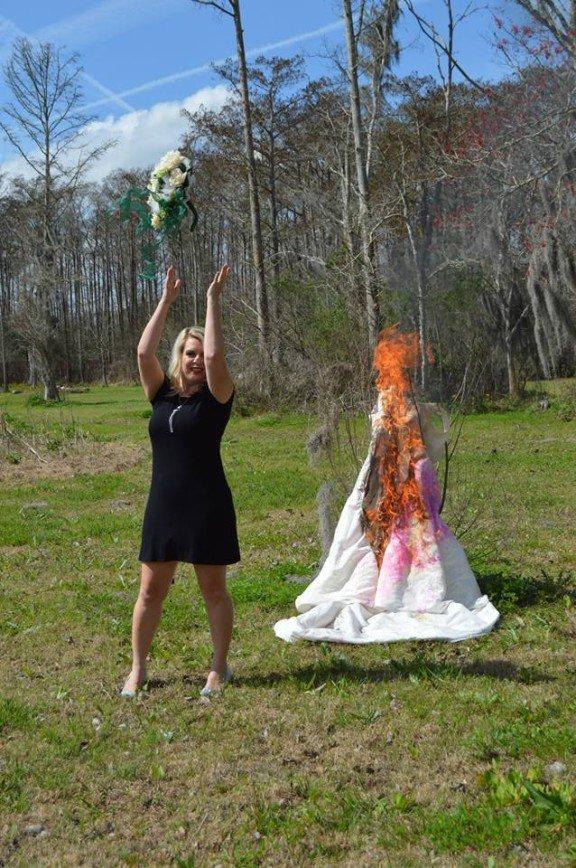 Снова счастлива: 34-летней американке справиться с разводом помогло сожжение свадебного платья