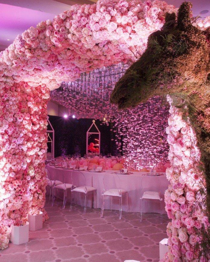 «Миллионы роз и шариков!»: Хлои Кардашьян устроила роскошную вечеринку для будущего малыша