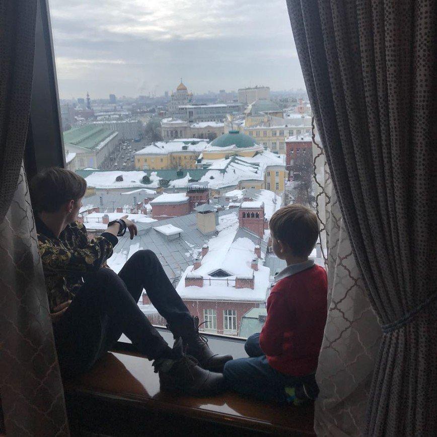 Павел Воля показал, как делает маникюр своей дочери