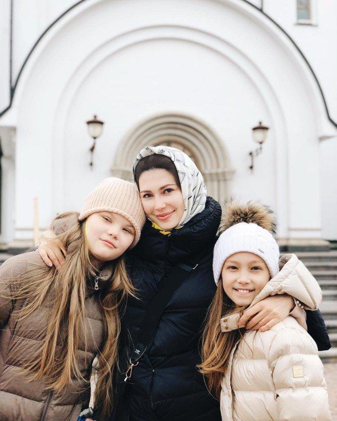 «Добро пожаловать в этот мир!»: телеведущая Ольга Ушакова родила третью дочку