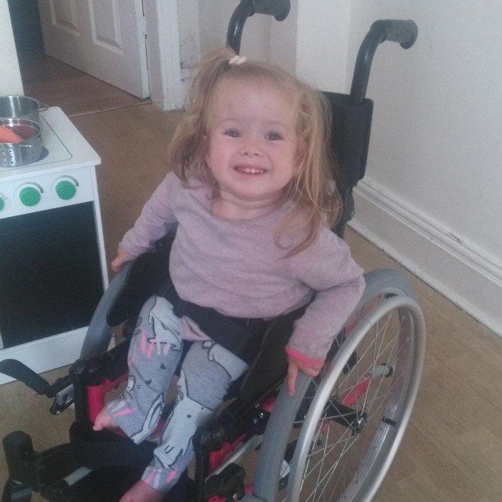 Парализованная 2-летняя британка подражает Свинке Пеппе