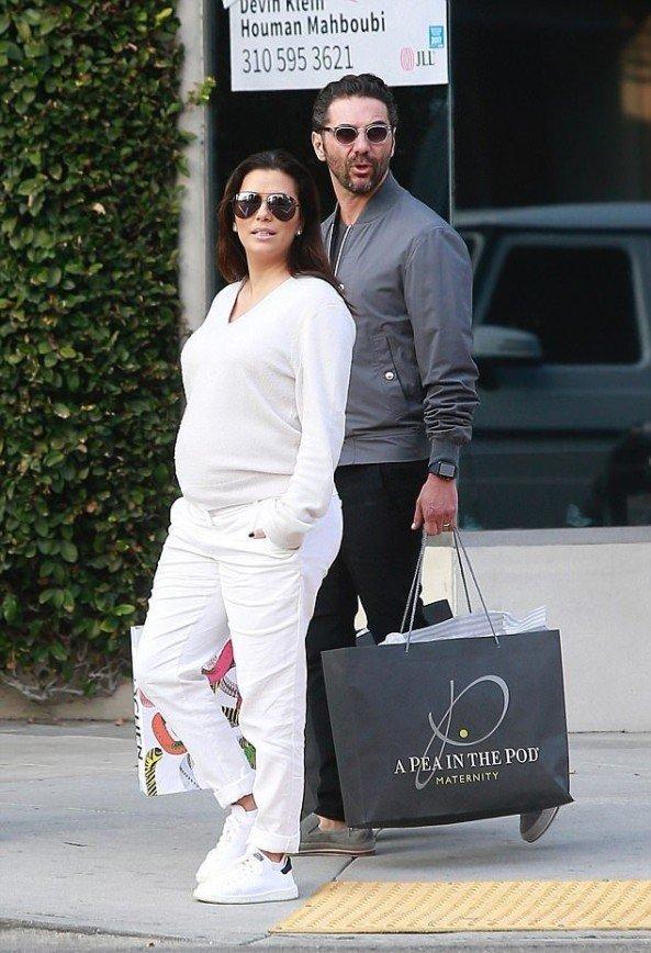 «Элегантна в любой одежде!»: беременная Ева Лонгория прогулялась по Беверли-Хиллз