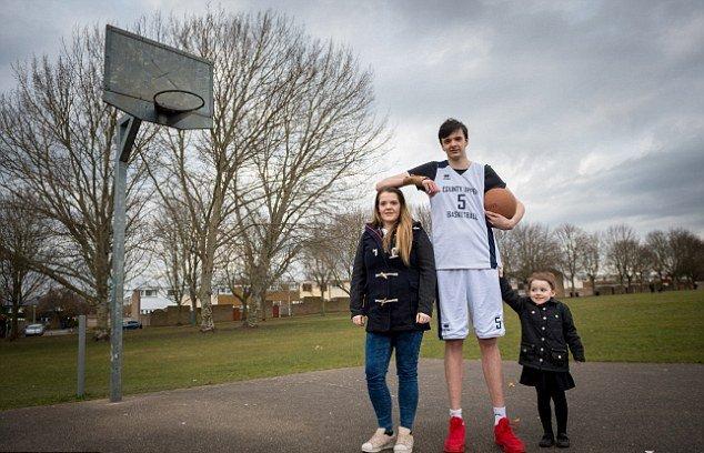 «Он все еще продолжает расти»: 16-летний британец стал самым высоким подростком в мире