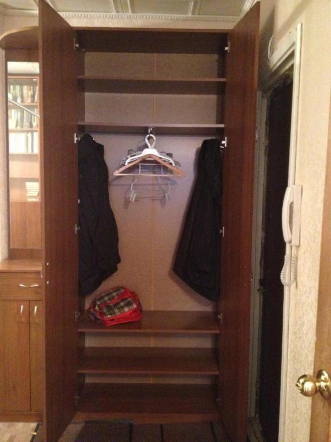 Шкаф с полками и выдвижной штангой для одежды