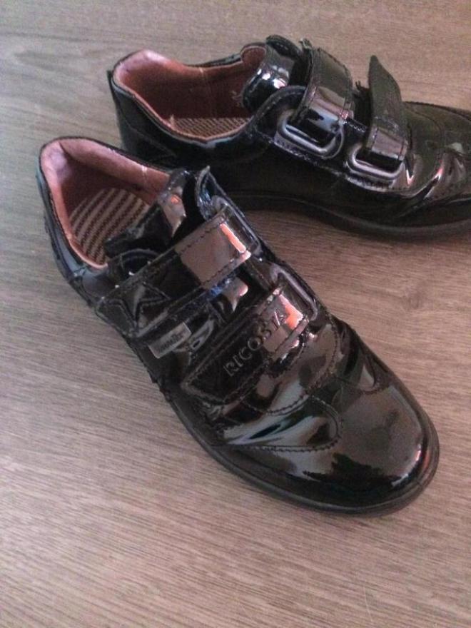 Продаю лакированные закрытые туфельки Ricosta с мембрана. Школьная коллекция. Размер 31. (по стельке 20,5см) В идеальном состоянии. Цена - 2000руб.