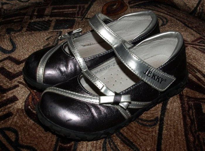 Кожаные нарядные туфельки 25 размер по стельке 15,3 см. Голландия. На носике небольшие царапинки,на ножке не так видно как на фото. 450руб.