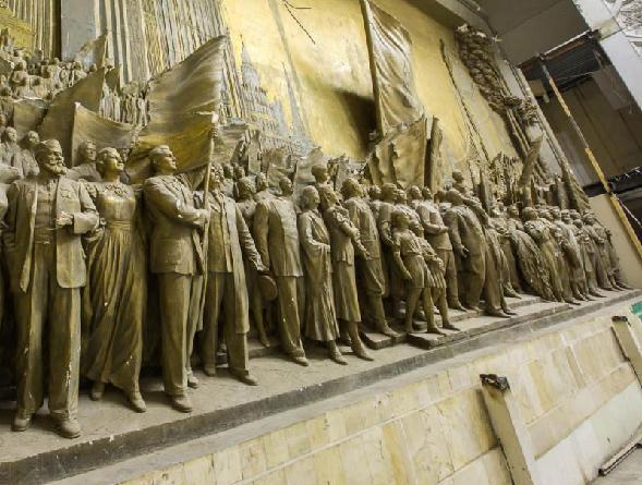 Горельеф Вучетича, найденный под слоем фанеры, начинают реставрировать