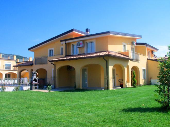 Rent real estate abroad by the sea in Soverato
