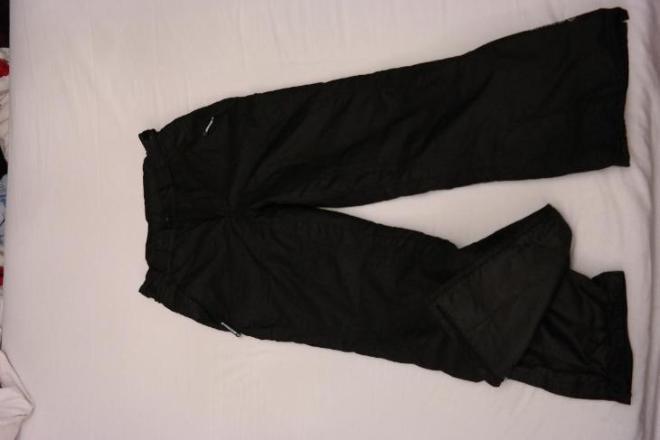 Черные лыжные брюки на мальчика в хорошем состоянии. Внизу резинка на кнопке. Теплые, рост 152.  Цена 500 руб.