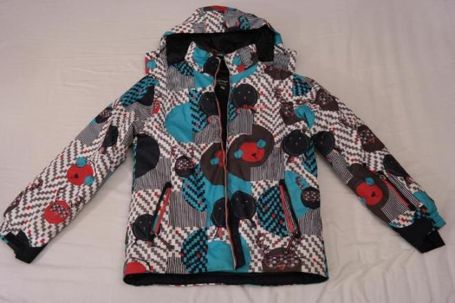 Зимняя лыжная куртка в идеальном состоянии - одевали несколько раз за прошлую зиму (растем быстрее чем снашиваем )))). Все молнии и застежки целы. Капюшон отстегивается. Яркая и красивая. Подойдет как мальчику так и девочке. Цена 800 руб.