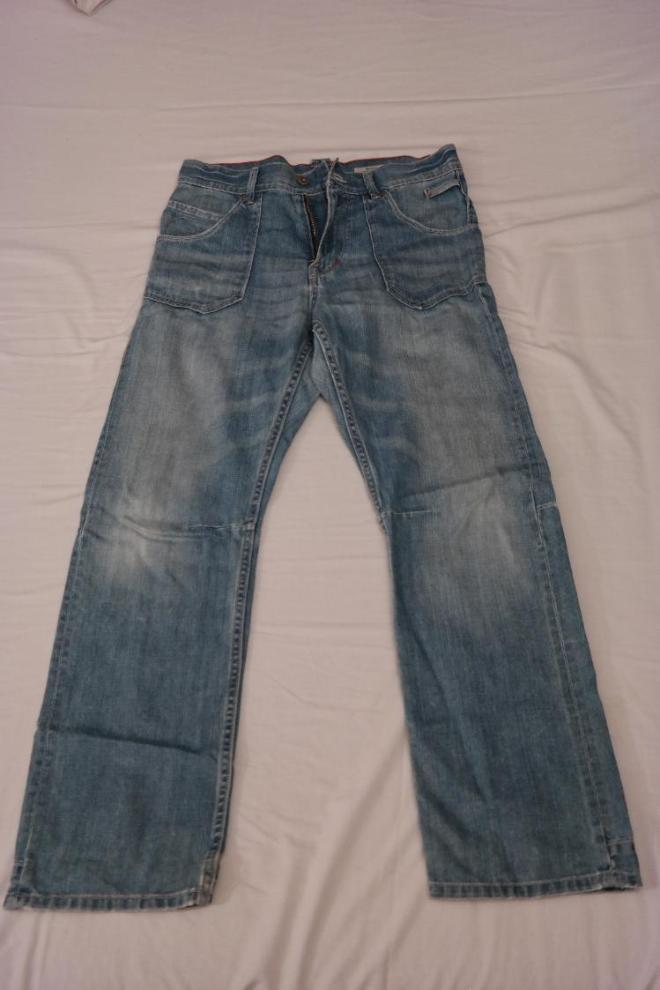 Стильные светло голубые джинсы в отличном состоянии на мальчика. Сзади очень красивый ремешок. Рост 164 см. Цена 300 руб.
