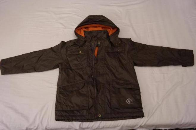 Куртка осенняя - болотного цвета. Очень красивая в хорошем состоянии. С капюшоном. Цена 500 руб.