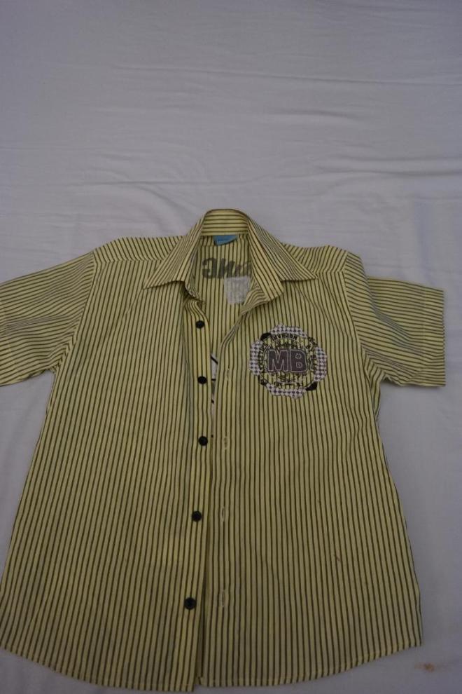 Рубашка хлопок, красивого желтого цвета с черными полосками и аппликацией спереди и сзади. В идеальном состоянии на мальчика 5-7 лет. Цена 250 руб.