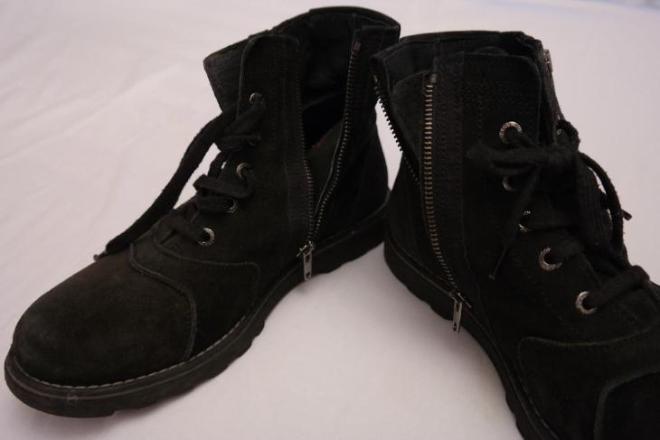Ботинки для мальчика HUGO BOSS  39 размер. На молнии и шнурках. Натуральная замша. Цена 1000 рубле.