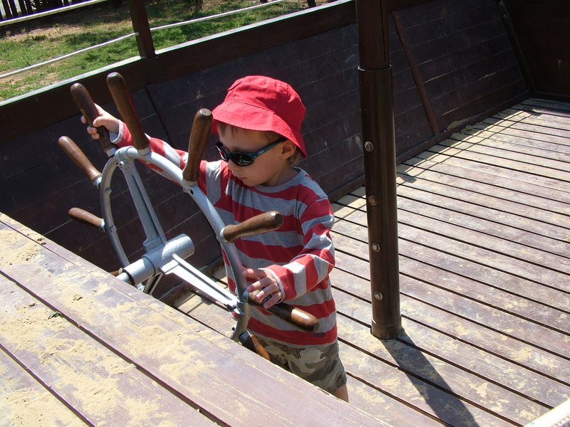 кораблик на детской площадке
