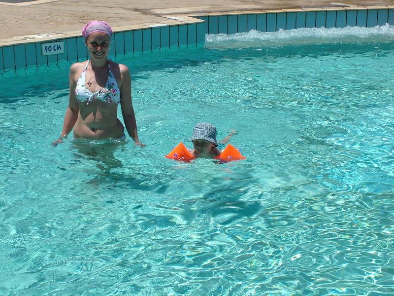Научился плавать :) Хоть и с нарукавниками, но все равно был очень рад :)