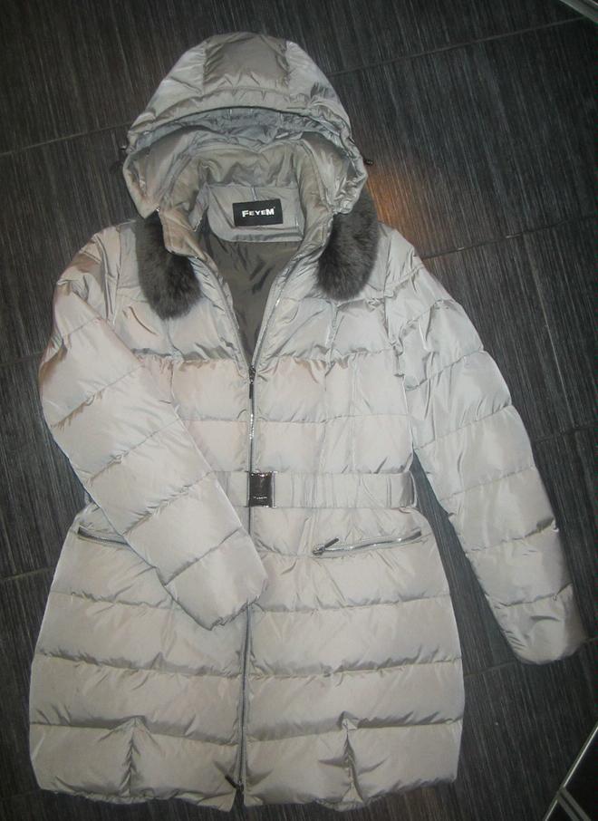 продан!!! пуховик Feyem ,воротник песец,отстёгивается,наполнитель пух 100%,кпюшон тоже отстёгивается,не чистился,не стирался,пропитка от мокрого снега,ткань типа хамелеон,зависит от погоды на улице,молния растягивается снизу и сверху,размер 48-50(хороший),одевался считаные разы,деффектов нет,второо такого не видела,покупала в фирменном магазине Шёлк и Кашемир!кто знает фирму,про качество говорить не буду!!!продаю по причине длины,постоянно на машине,не ношу совсем,длинна не подходит,покупала дорого,продам 30000р,торг разумный,есть фирменный чехол и упаковка.Все вопросы по телефону 8-909-968-63-35,Елена