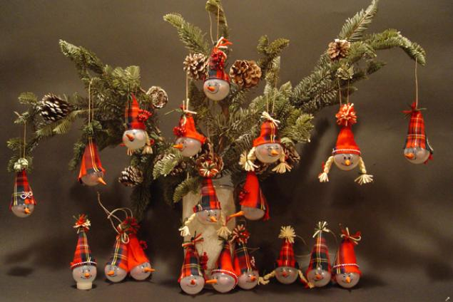 Елочные игрушки из лампочек:
