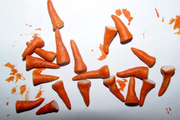 Елочные игрушки из лампочек: из фимо лепим носы-морковки. Красим акрилом. Надеваем наши колпачки на лампочки и приклеиваем: