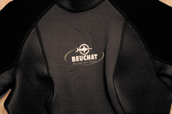 Вблизи ребристые вставки по бокам, середина темно-серая, черные плечи, надпись на груди.