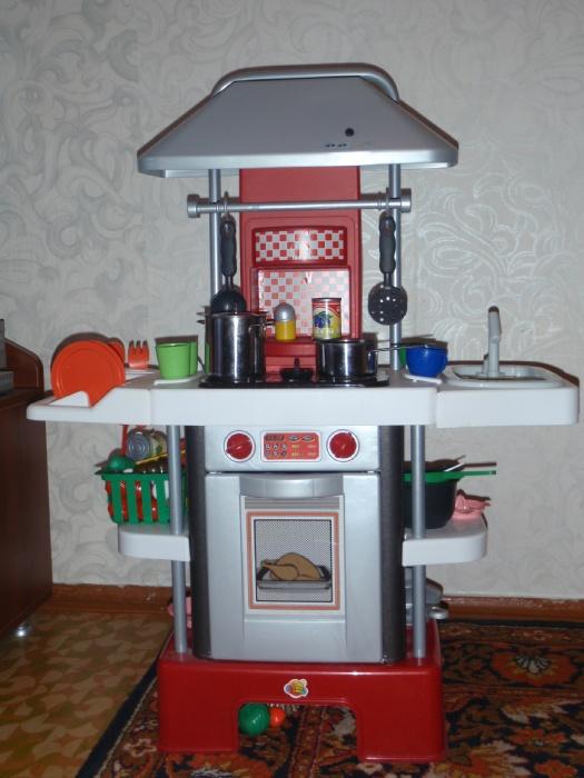 Кухня с водой, звуковыми и световыми эффектами Coloma y Pastor. В комплекте утюг, пульверизатор, 2 стаканчика, 2 тарелки, кастрюля с крышкой, сковорода, солонка, перечница, половнички.