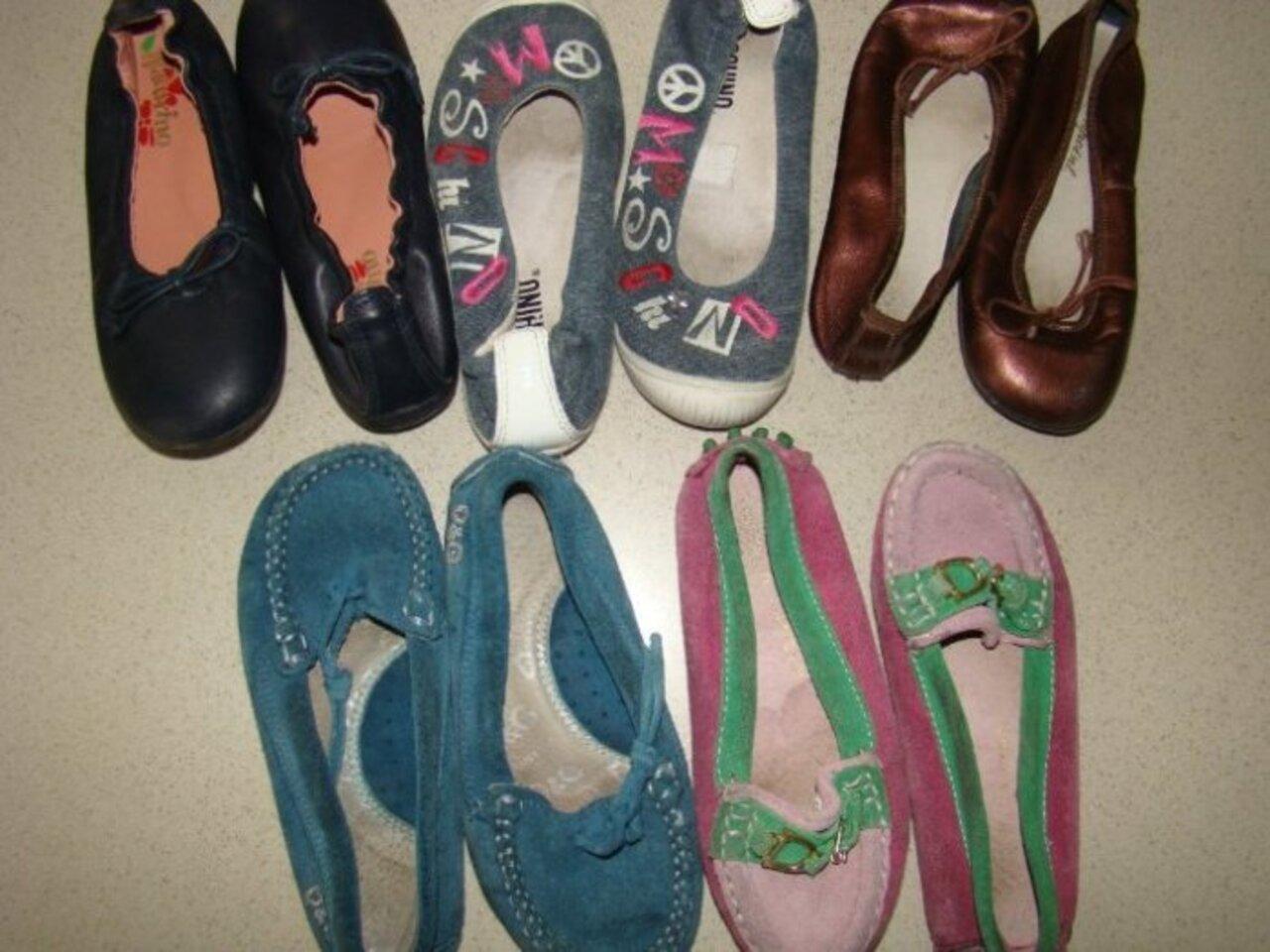 Слева направо-верхний ряд-Naturino туфли черные р.26 нат.кожа -800,Moschino спортив.туфли, джинс., р.26 -800,Bonpoint-проданы.  Нижний ряд -D&G бирюз.макасы отдам к покупке,RL макасы р.26- 400.