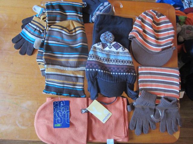 1.комплект д\м кепка(с завязками)+шарф+перчатки р.48 цена 500р. 2. комплект оранжевый шапка +шарф р.48,50,52 цена 350р. 3. полосатая кепка(влис внутри)+шарф и перчатки р.52 цена 300р. 4.полосатый комплект шапка+шарф+перчатки р. 54 подкладка хб цена 500р.