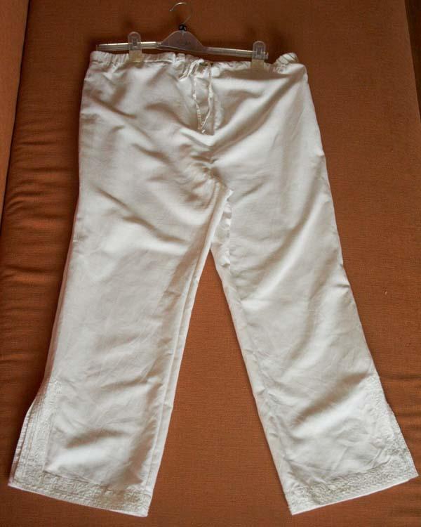 Капри Benetton,белые, хлопок-лен, размер М, цельнокроенные без вставки, регулируются резинкой+ шнурочек спереди, сбоку молния. На штанинах разрезики, расшиты бисером.