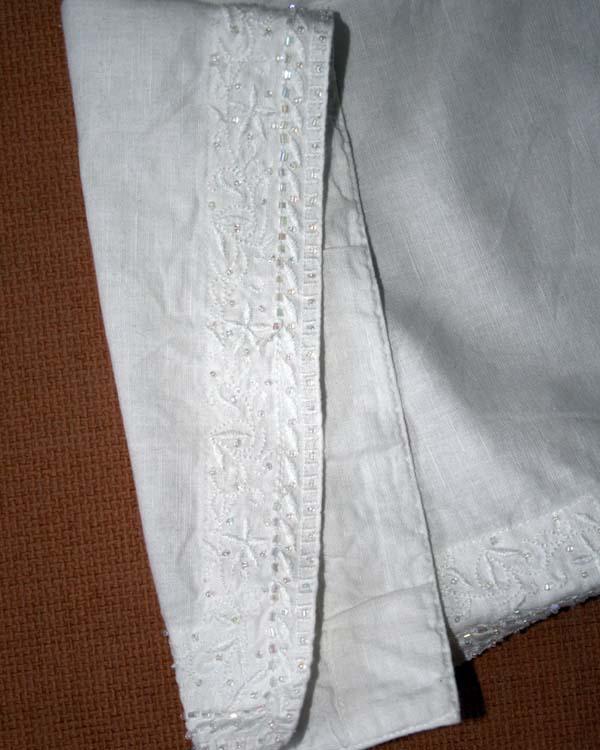низ штанин, сзади на одной- небольшой дефект, нет нескольких сантиметров бисерной строчки, незаметно, если не приглядываться (как рахз на фото). Больше никаких дефектов нет, пятен нет. 400р.