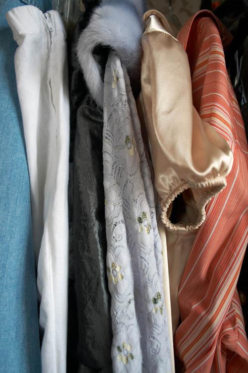 реальный цвет всех вещей слева направо- капри некст,капри бенеттон,юбка от костюма юниостар, блузка от костюма, блузка золотистая от костюма, блузка mothercare.