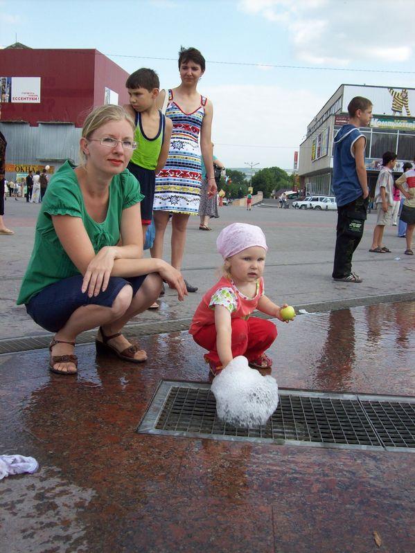 С мамой исследуем фонтан