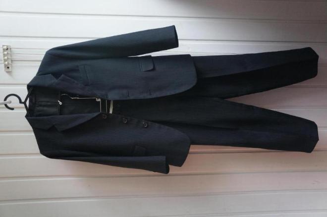 Пиджак не одевался после химчистки. Брюки одеты один раз после химчистки.