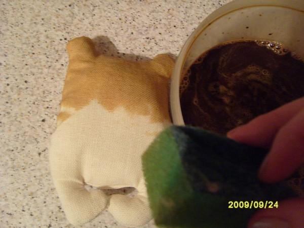 Тонирую кусочком обычной губки для мытья посуды. Промакивающими движениями в 1 слой. Если хотите потемнее и с запахом - кофе, я делаю 1 ст. ложка расворимого кофе, 1 ст. ложка соли (закрепляет цвет) и постакана кипятка. Но больше всего мне понравилось тонировать чаем (обычной крутой заваркой, можно даже пакетиками), чаем получаются посветлее и без запаха.