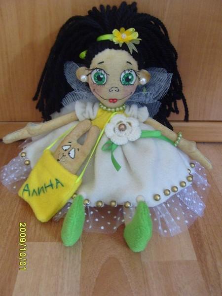 """Вот такую куколку сшила для дочки """"и"""" (это ник). Девочка любит фей и принцесс, образ периодически видоизменялся, но по ходу куколка все же захотела стать феей. И стала! Тонирована чаем, раскрашена акриловыми красками, набивка - синтепон, одежда - флис и флок."""