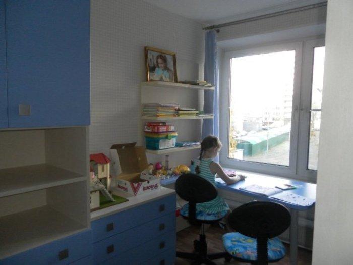 Столешница широкая и длинная - крепится одним краем на стеллаж. Очень удобно - сразу оба ребенка могут заниматься за столом.