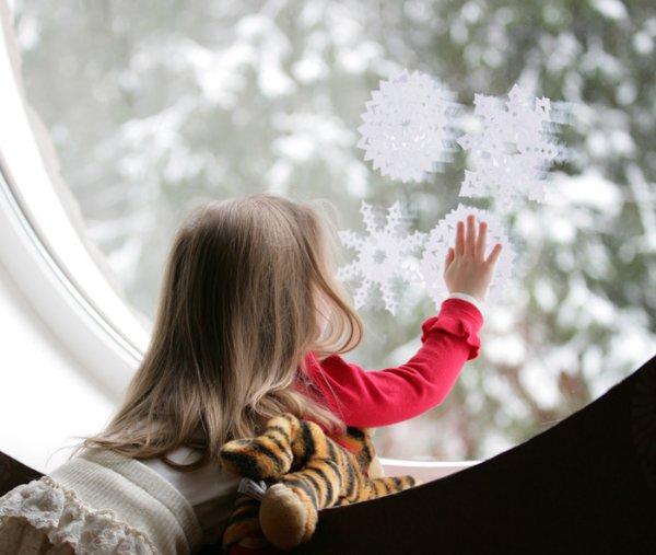 Картинка девочка смотрит в окно на снег
