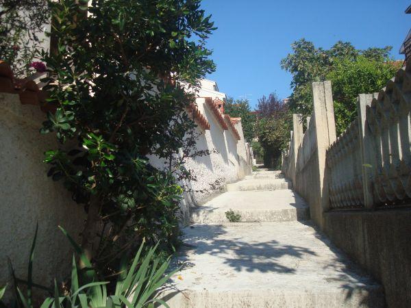 [b]ДОРОГА К ПЛЯЖУ[/b]  Вот так выглядит дорожка от дома к пляжу. То есть, это тот кусочек, где есть несколько ступенек (это может оказаться важным для тех, кто будет пользоваться коляской). Вообще, идти пару минут пешком. Как показатель близости - когда моим девушкам было по полтора года, я одна водила их пешком без коляски на пляж и обратно.