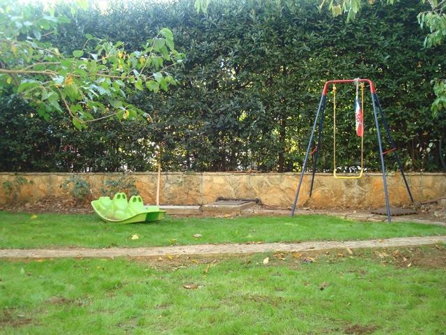 Лужайка для игр перед домом.