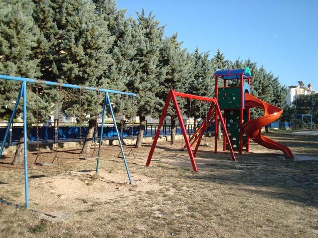 ДЕТСКАЯ ПЛОЩАДКА. Так выглядит детская площадка возле пляжа.
