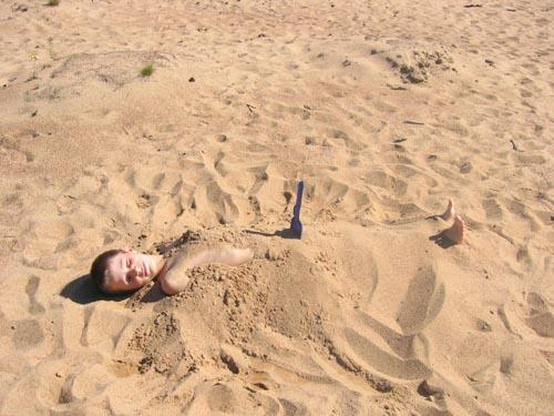 На пляже пописала в песок фото 520-470