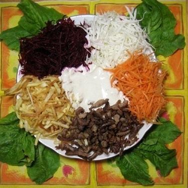 салат с жареной картошкой и сырой свеклой