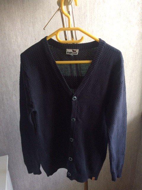 Описание трех последующих фото: Рубашка CRAZY 8 (состав 100% хлопок). Кардиган на пуговицах французской фирмы POMPdeLUX размер 122-128см. А также джинсы CRAZY 8. Размер 7 лет (122-128 см) Джинсы не носили, кардиган и рубашка в отличном состоянии. Цена 400 р./шт За комплект 1000 р.