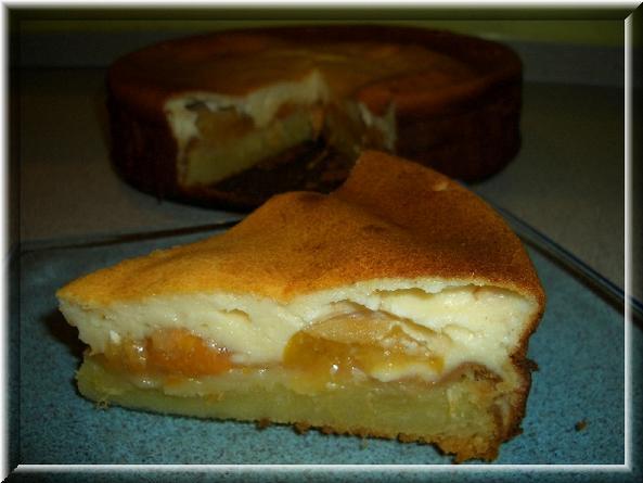 [b]Пирог трёхслойный[/b]    190г сливочного масла, 0,5ст сахара, 1 яйцо, 2 ст л сметаны, 0,5 ст воды или молока, 3/4 ст муки, 1 ч л разрыхлителя. 2 ванильных творожных массы по 200г, 3 яйца, 4 ст л крахмала. Банка консервированных абрикосов или других ягод и фруктов.   Разогреть духовку до 200С. Для теста взбить мягкое сливочное масло, сахар и яйцо. Влить сметану и воду. Добавить просеянную муку с разрыхлителем. Вылить тесто в смазанную разъёмную форму. Запекать 25 минут. В это время сделать творожный слой. Смешать творожную массу, яйца и крахмал. На выпеченный корж выложить абрикосы и вылить творожную массу. Запекать 30 минут при 180С. Или до золотистого цвета.   Пошагово http://domohozyaika.my1.ru/blog/2008-03-27-10